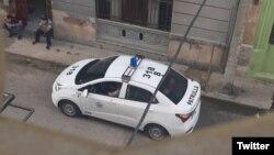 Una patrulla policial en los bajos del edificio donde vive la curadora Anamely Ramos, en La Habana. (Twitter/Movimiento San Isidro)