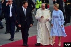 El papa Francisco es recibido por el presidente de Panamá, Juan Carlos Varela, y la primera dama, Lorena Castillo.
