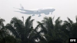Un avión de la compañía Malaysia Airlines aterriza en el aeropuerto de Kuala Lumpur en Sepang (Malasia).