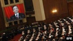 El primer ministro chino, Wen Jiabao (en pantalla), pronuncia un discurso durante la sesión inaugural de la Asamblea Nacional del Pueblo en Pekín.