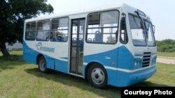 Uno de los primeros minibuses Diana ensamblados en la isla.