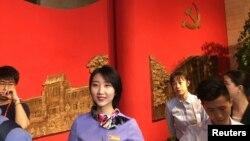 Empleados de la escuela del Partido Comunista Chino en Beijing guían a los periodistas en un recorrido por las instalaciones.