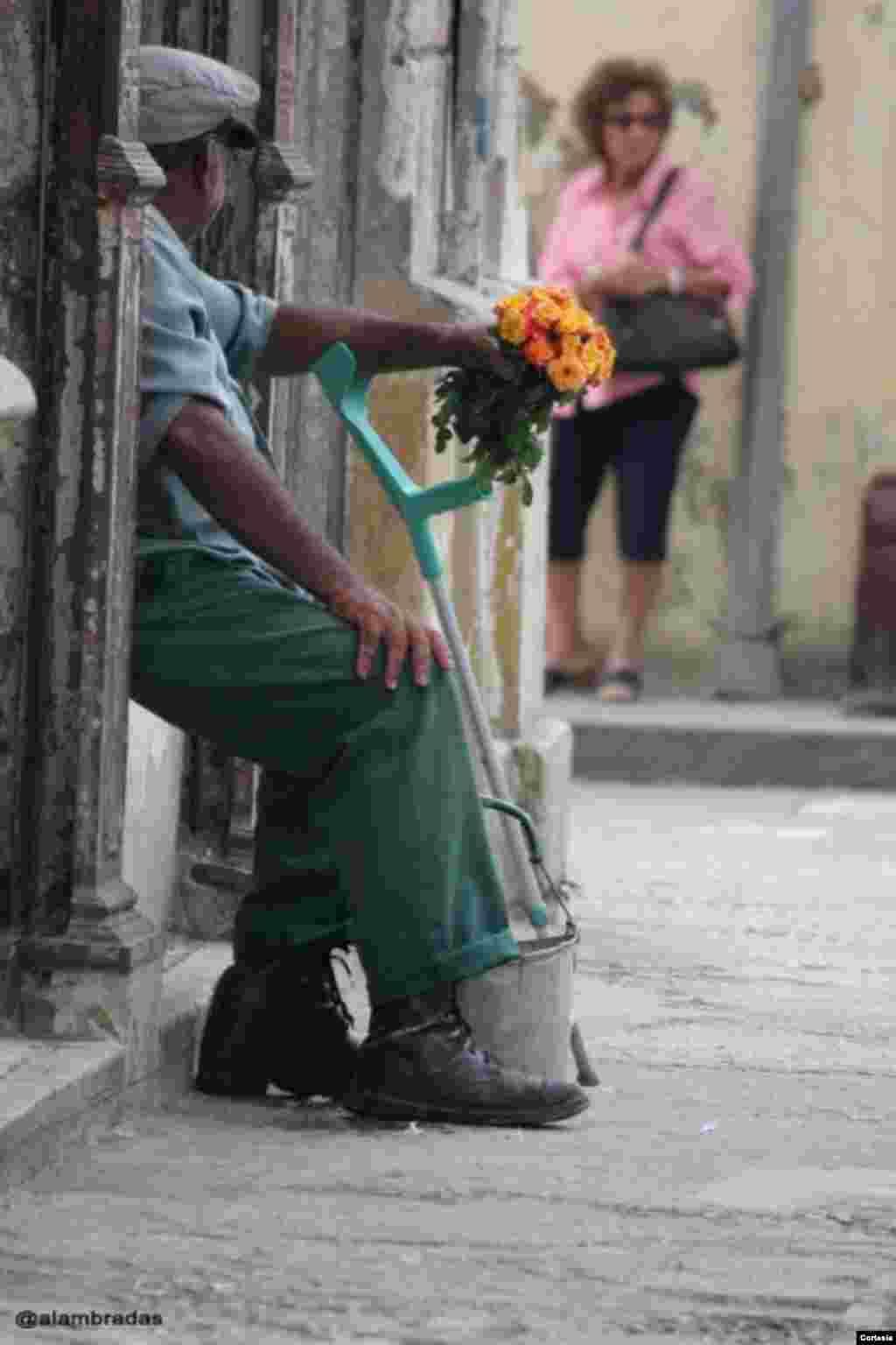 Anciano hace una parada para descansar.
