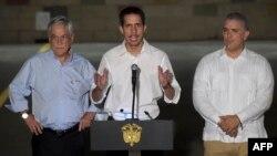 """El líder venezolano Juan Guaidó en una conferencia de prensa al concluir el concierto """"Venezuela Aid Live"""", junto a los presidentes de Chile, Sebastián Piñera (izq.) e Iván Duque, de Colombia (der.) AFP."""