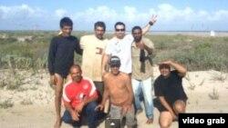 Los seis cubanos que llegaron a Texas en un bote, y el tejano que los encontró, Gustavo Burr (con gafas).