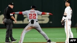 MLB All Stars leftfielder Juan Soto de los Washington Nationals durante un juego de exhibición con el equipo japonés Yomiuri Giants, en Tokio, en noviembre de 2018.