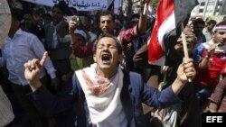 Un hombre participa en una manifestación el miércoles en Taiz, Yemen, contra el movimiento rebelde chiíta de los hutíes.