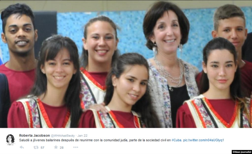 Jacobson publicó en su cuenta de Twitter una foto con bailarines de la comunidad hebrea cubana.