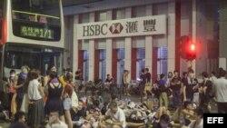 Manifestantes en Hong Kong bloquean intersecciones de avenidas en el centro de la ciudad.