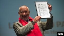 El escritor cubano Leonardo Padura posa con el premio de honor del Festival Aragón Negro.