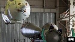 Especialistas rusos ensamblan la nave Soyuz TMA-20 en el cosmódromo Baikonur en Kazajistán.