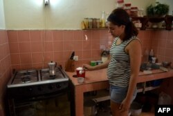 Una cubana endulza su café con azúcar de Francia.