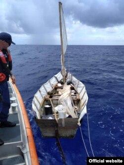 Los cinco cubanos fueron interceptados y deportados a la isla. (Foto: Guardia Costera)