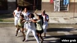 Damas de Blanco reprimidas ante la sede de la organización en Lawton en La Habana.