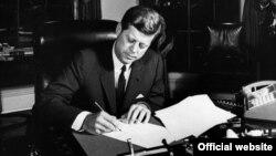 El 23 de octubre de 1962, el presidente Kennedy firmó la Proclamación 3504, que autorizaba la cuarentena naval a Cuba. (John F. Kennedy Presidencial Library and Museum)