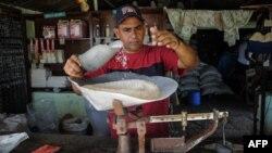 Un hombre despacha arroz en una bodega de San Luis, en Santiago de Cuba. (Archivo)