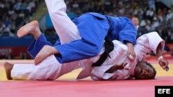 La norcoreana Kum Ae An (azul) derrotó a la judoca cubana Yanet Bermoy Acosta (blanco) en la final femenina de menos de 52 kgs de los Juegos Olímpicos 2012.
