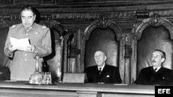 El general Augusto Pinochet da lectura al mensaje de la Junta Militar ante el pleno de la Corte Suprema. (Archivo)