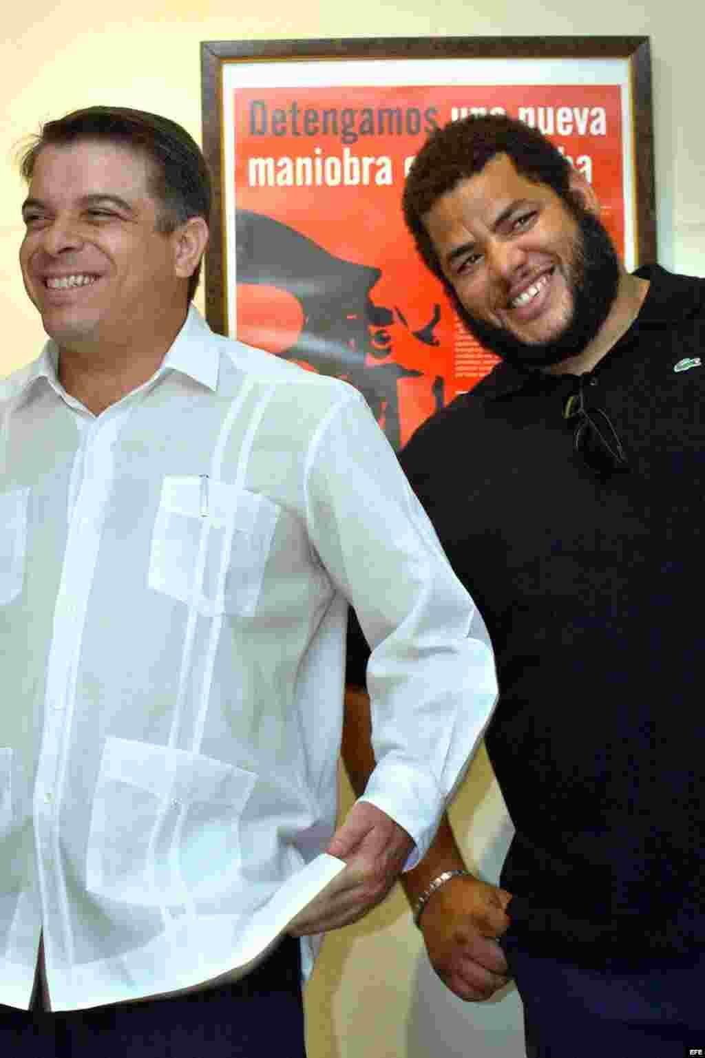 El canciller cubano Felipe Pérez Roque (i) y el pintor Alexis Leyva, Kcho.