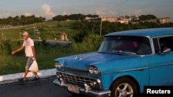 Rafael Viguera, de 55 años, lleva algunas provisiones a su vivienda en La Habana, en esta foto tomada el 18 de agosto (Alexandre Meneghini/Reuters).