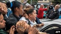 Una miembro de las Damas de Blanco es arrestada en una calle de La Habana por manifestarse pacíficamente. (Archivo)
