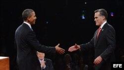 Barack Obama (i), y el candidato republicano, Mitt Romney (d), se saludan previo al primer debate presidencial, en la Universidad de Denver, Colorado.