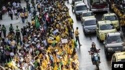 Peregrinos esperan la llegada del papa Francisco hoy, lunes 22 de julio de 2013, en una vía de Río de Janeiro.
