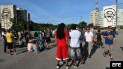 Varias personas se congregaron en la Plaza de la Revolución de La Habana con motivo del performance convocado por la artista Tania Bruguera.