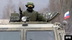 "Un militar uniformado armado, fotografiado a bordo de un vehículo de infantería ruso ""GAZ Tigr"" en la Península de Crimea."