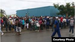 Colas en Guanabo, Habana del Este. (Foto cortesía de María Elena Mir).