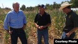 El gobernador de Missouri, Jay Nixon (i), visita una granja del estado afectada por la sequía y el calor en 2012.