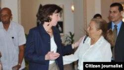 Roberta Jacobson saluda a Martha Beatriz Roque Cabello.