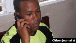 reporta cuba joven cubano habla por teléfono celular / Santiago de Cuba / foto Ridel Brea
