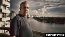 Ramón Fernández-Larrea en su apartamento de Miami Beach.