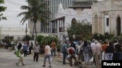 Las personas esperan para entrar a la Sección de Intereses de EEUU en La Habana.