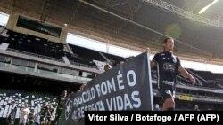 El club Botafogo entra a la cancha con mensajes de protesta y admiración, el 28 de junio de 2020