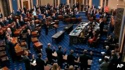 El presidente de la Corte Suprema, John Roberts, le toma juramento a los senadores en el juicio politico al presidente Donald Trump, el 16 de enero del 2020.