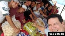 El Apóstol Bernardo de Quesada Salomón, junto a feligreses del ministerio Fuego Y Dinámica, preparan paquetes de alimentos para ayudar a necesitados.