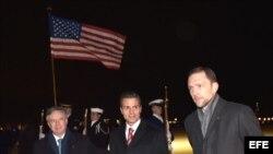 Enrique Peña Nieto (c), presidente de México, es recibido a su llegada a la ciudad de Washington DC, por el embajador estadounidense Peter Selfridge (d) y por el embajador mexicano en EEUU, Eduardo Medina (i).