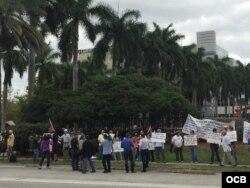 Decenas de personas protestaron frente a las oficinas de Carnival en Miami.