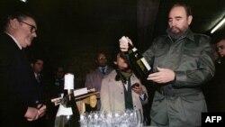 Fidel Castro con una botella de Chablis en una bodega de Borgoña.