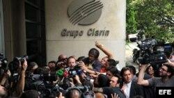 El titular de la Autoridad Federal de Servicios de Comunicación Audiovisual (Afsca), Martín Sabbatella, habla con la prensa tras salir de la sede del Grupo Clarín, en Buenos Aires, Argentina.