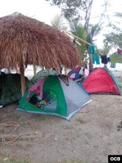 Las carpas de colores en la playa no son de vacacionistas, sino de migrantes desperados por continuar su ruta.