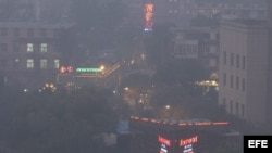 Fotografía de archivo de la contaminación en el centro de Pekín, China.