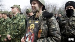 Un separatista prorruso muestra un icono religioso durante una manifestación delante de un edificio gubernamental, en Lugansk (Ucrania).