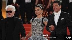 """El director de cine Pedro Almodóvar junto a los actores Penélope Cruz y Antonio Banderas, protagonistas de """"Dolor y gloria"""""""