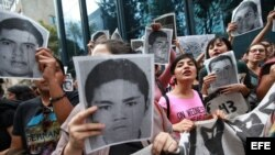 Protesta de estudiantes en México para exigir a las autoridades que aceleren las investigaciones para descubrir qué ha sido de los 43 estudiantes desaparecidos. Archivo.