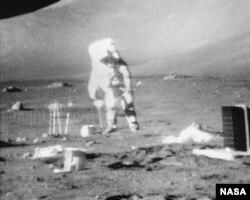 El astronauta Harrison H. Schmitt anclando el módulo de geófonos con una bandera durante la primera actividad extravehicular (EVA) del Apolo 17 en el sitio de alunizaje en Taurus-Littrow.