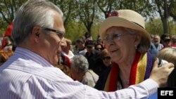 El juez Baltasar Garzón saluda a la actriz Pilar Bardem durante el homenaje a las víctimas del franquismo.