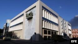 """HAB02. LA HABANA (CUBA), 28/02/14.- Vista general del Museo Nacional de Bellas Artes hoy, viernes 28 de febrero de 2014, en La Habana (Cuba). El Consejo Nacional de Patrimonio Cultural (CNPC) confirmó hoy el robo de """"un importante"""" grupo de piezas del almacén."""